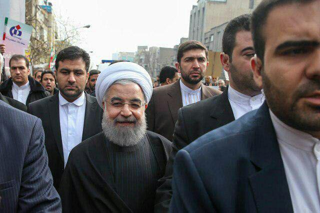 رییس جمهور در جمع راهپیمایان 22 بهمن (عکس)