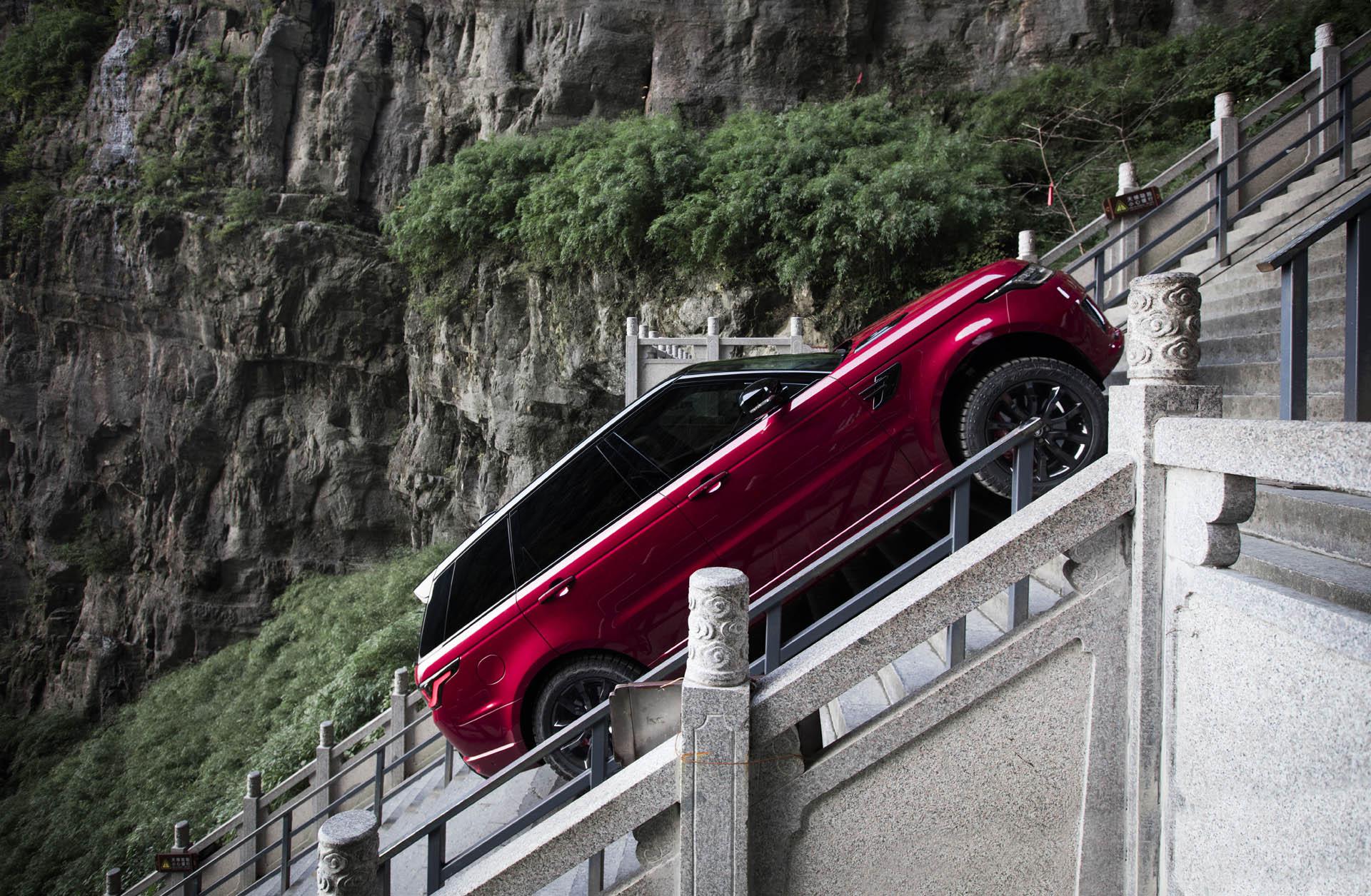 پلهنوردی رنجروور/ اسپورت 999 پله را در جاده کوهستانی طی کرد