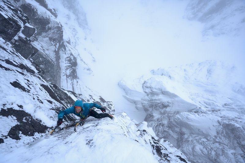 صعود یخی یک کوهنورد (عکس)