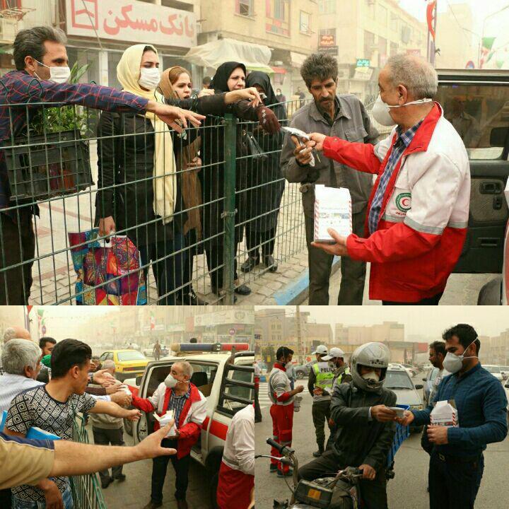 توزیع ماسک در مرکز شهر اهواز (عکس)
