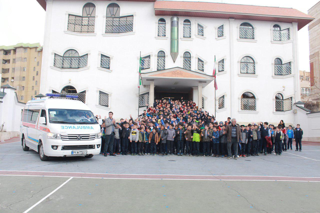 اهدای یک دستگاه آمبولانس به کودکان محک توسط دانشآموزان نیمایوشیج