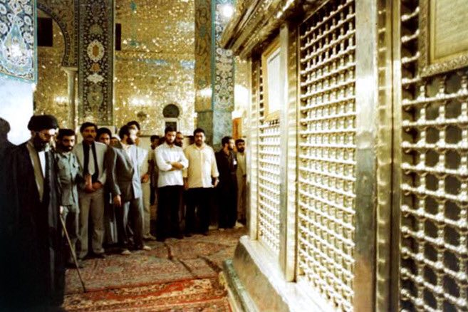 رهبر انقلاب در حرم حضرت زینب سال ۱۳۶۳ (عکس)