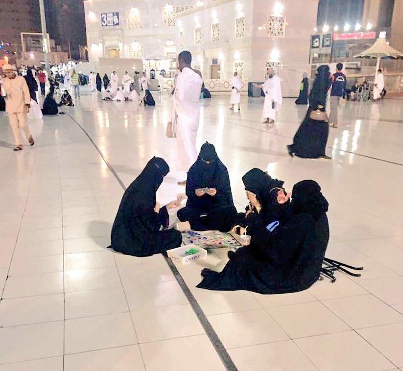 ورق بازی زنان در مسجدالحرام! (+عکس)