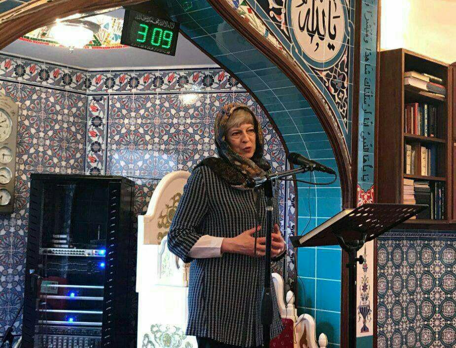 حجاب نخستوزیر انگلیس حین بازدید از یک مسجد در حومه لندن (عکس)