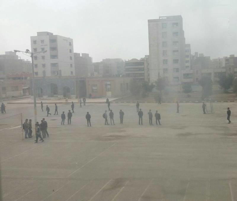زنگ تفریح دانشآموزان در هوای این روزهای اهواز (عکس)