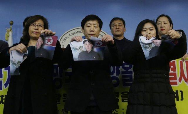 معترضان در کره جنوبی تصاویر اون را پاره کردند (+عکس)
