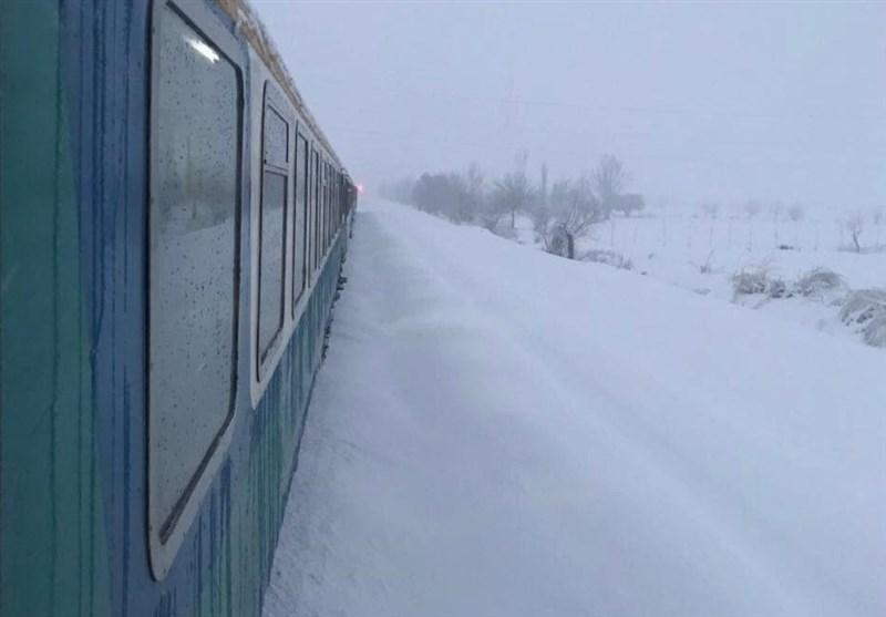 قطارها در برف گیر کردند (+عکس)