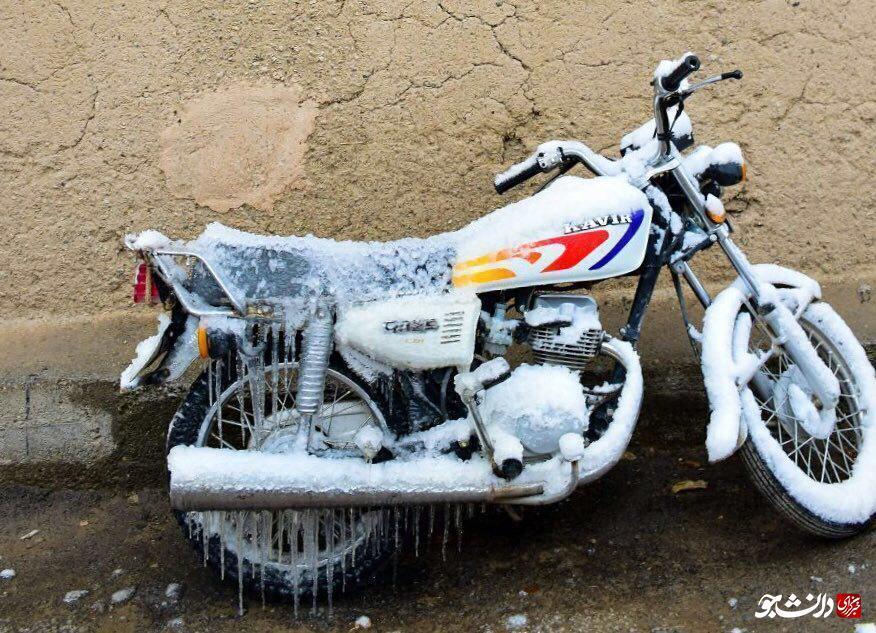 قندیل بستن موتور سيكلت در دماي ١٩ درجه زير صفر (عکس)