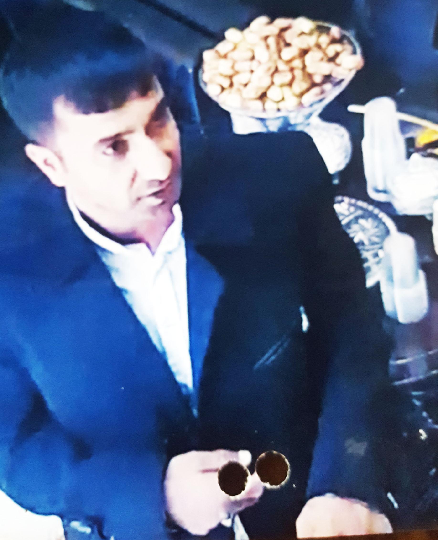 دزدها ساعت ارزان قیمت را به پیرمردی 120 میلیون قالب کردند!/ کلاهبرداران را شناسایی کنید (+عکس)
