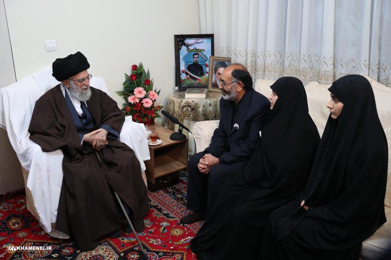 حضور مقام معظم رهبری در منزل شهید ناجا در اغتشاشات خیابان پاسداران (عکس)