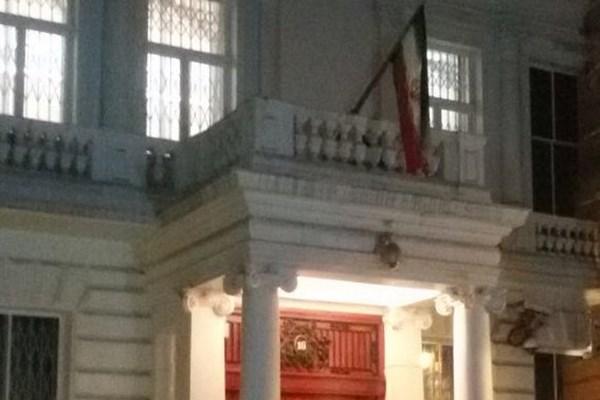 اهتزاز پرچم جمهوری اسلامی در سفارت ایران در لندن (+عکس)
