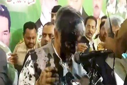 حمله با جوهر به وزیر خارجه پاکستان