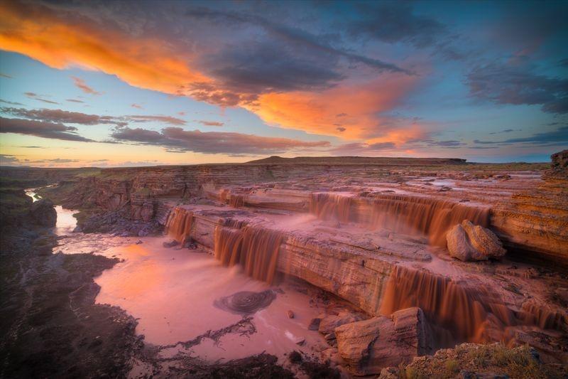 غروب آفتاب برفراز آبشار شکلاتی (عکس)