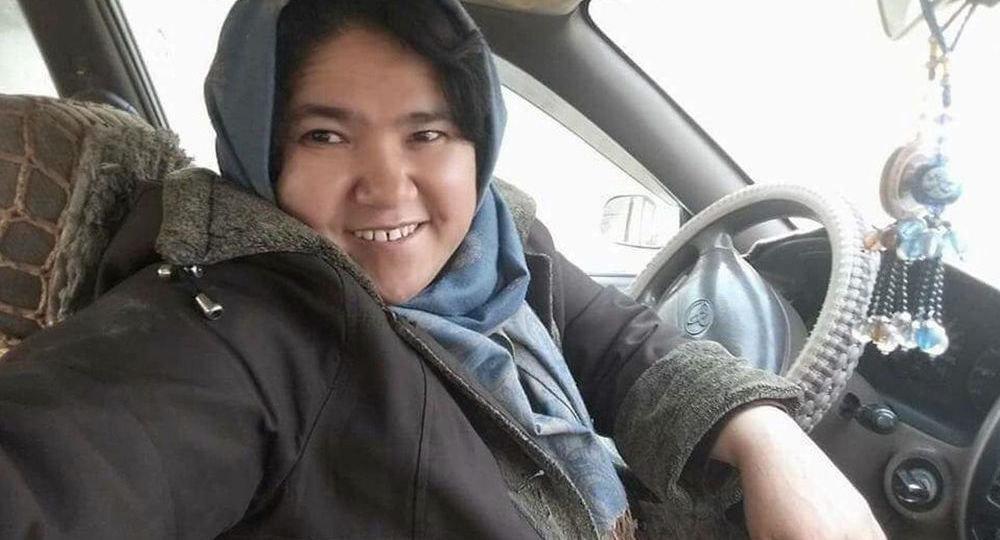 نخستین راننده تاکسی زن افغان (+عکس)