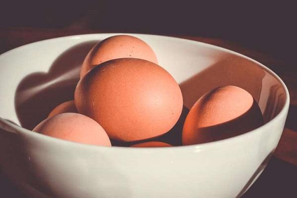 تخم مرغ را چه مدت می توان بیرون از یخچال نگه داشت؟