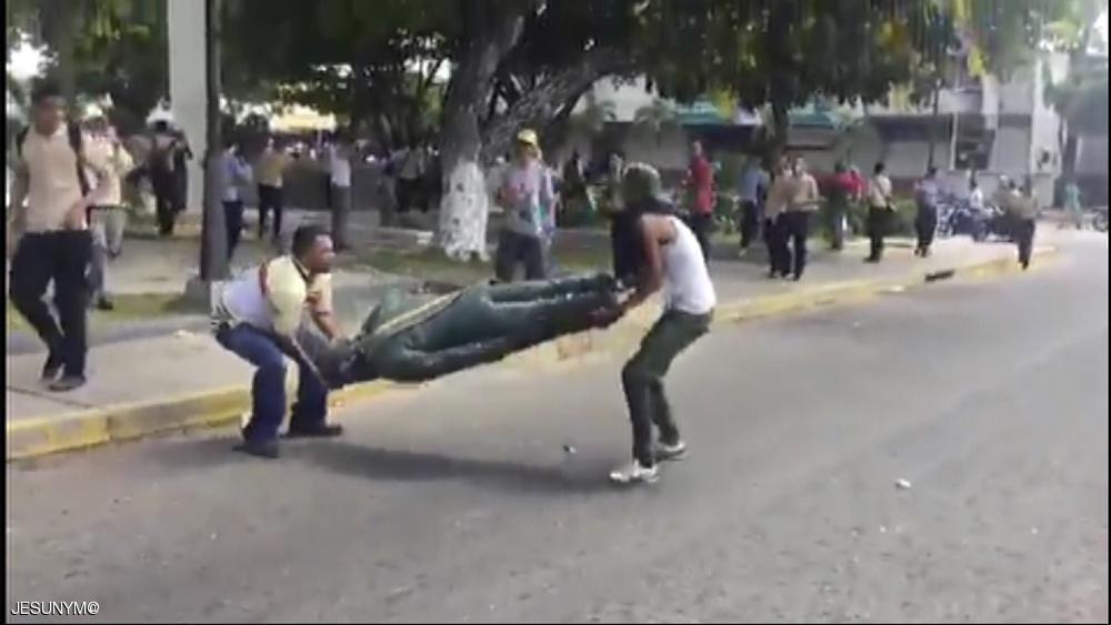 پایین کشیدن و شکستن مجسمه چاوز در ونزوئلا (+عکس)