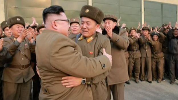 عکس: رهبر کرهشمالی در حال کولیدادن به یک نظامی