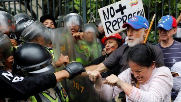 تظاهرات پدربزرگها در ونزوئلا (+فیلم)