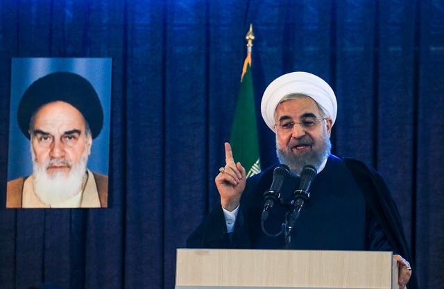 روحانی: صداوسیما گرفتار یک باند سیاسی است/ از جوانان می خواهم نظارت کنند/ چرا به معلمان توهین می کنید؟