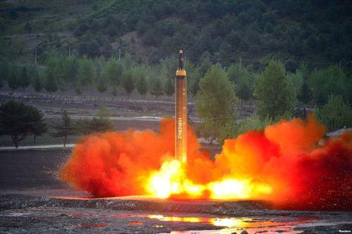 بازدید رهبر کره شمالی از موشک جدید (عکس)
