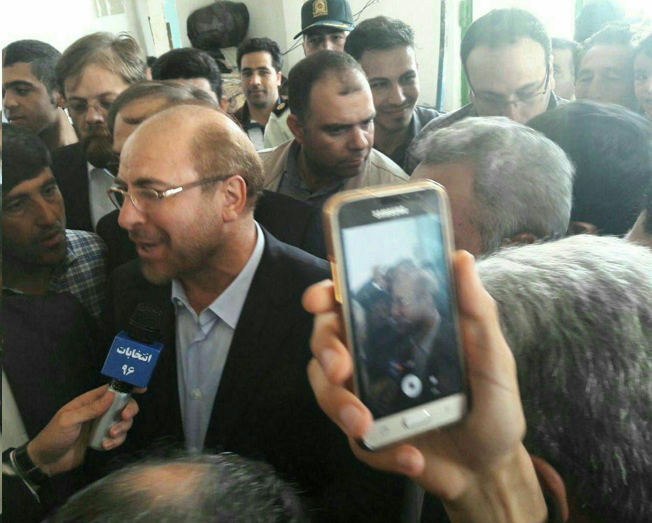 انتخابات ریاست جمهوری: مشارکت بالای مردم در حوزه های رای گیری/ مقام معظم رهبری رای دادند/ روحانی رای داد:  با آمادگی به قرن جدید وارد شویم