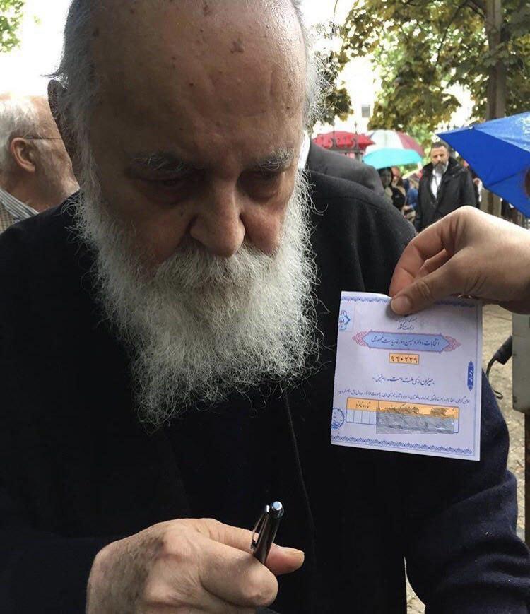 هوشنگ ابتهاج رای خود را به صندوق انداخت (عکس)