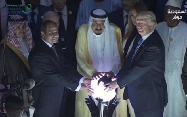 Image result for ترامپ و ملک سلمان در حضور گوی
