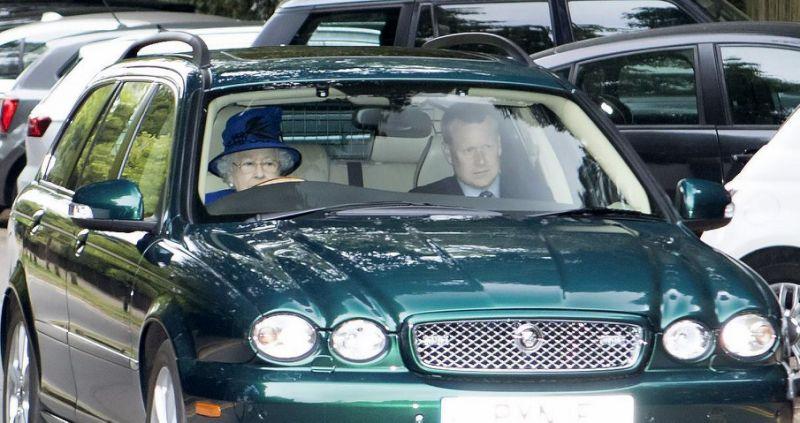رانندگی ملکه بریتانیا در 91 سالگی (+عکس)