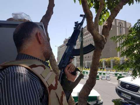 7 شهید و 4 گروگان در مجلس/ تیراندازی و انفجار انتحاری در حرم امام خمینی/ ادامه تیراندازی در مجلس/ انفجار در طبقه 5 مجلس (+عکس و فیلم)