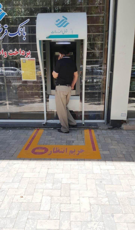 روش جالب مشهدیها برای فرهنگسازی ایستادن در صف (عکس)