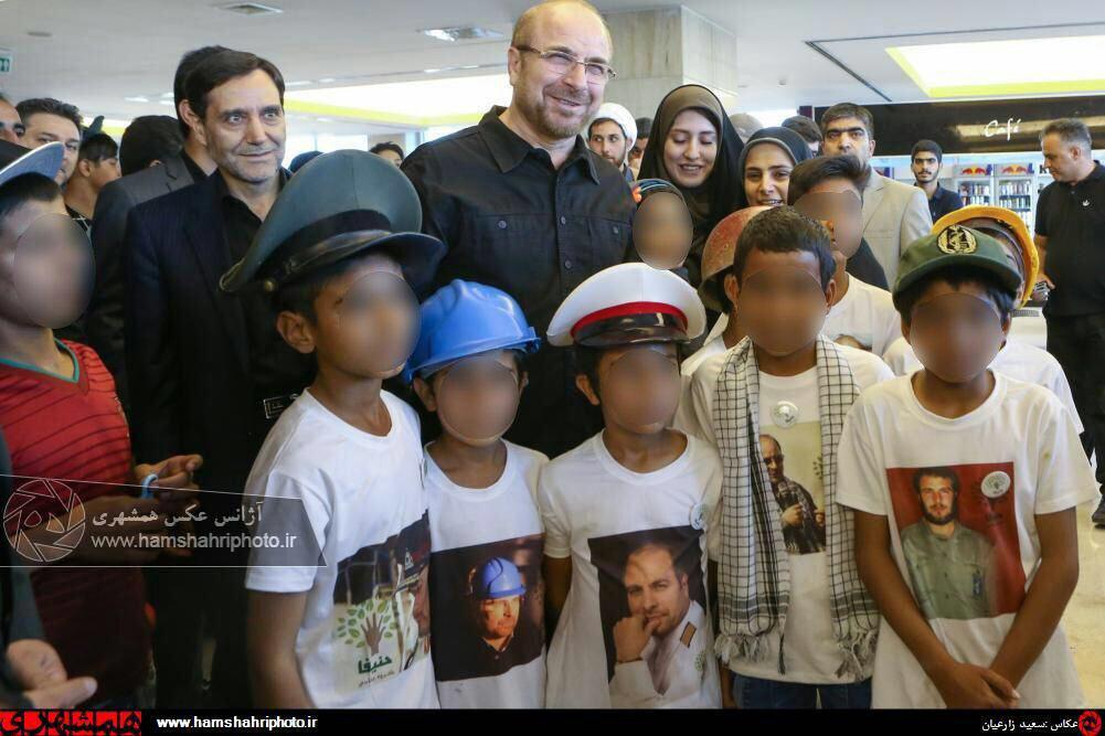 پوشاندن تی شرت های منقش به عکسهای قالیباف بر تن کودکان (عکس)