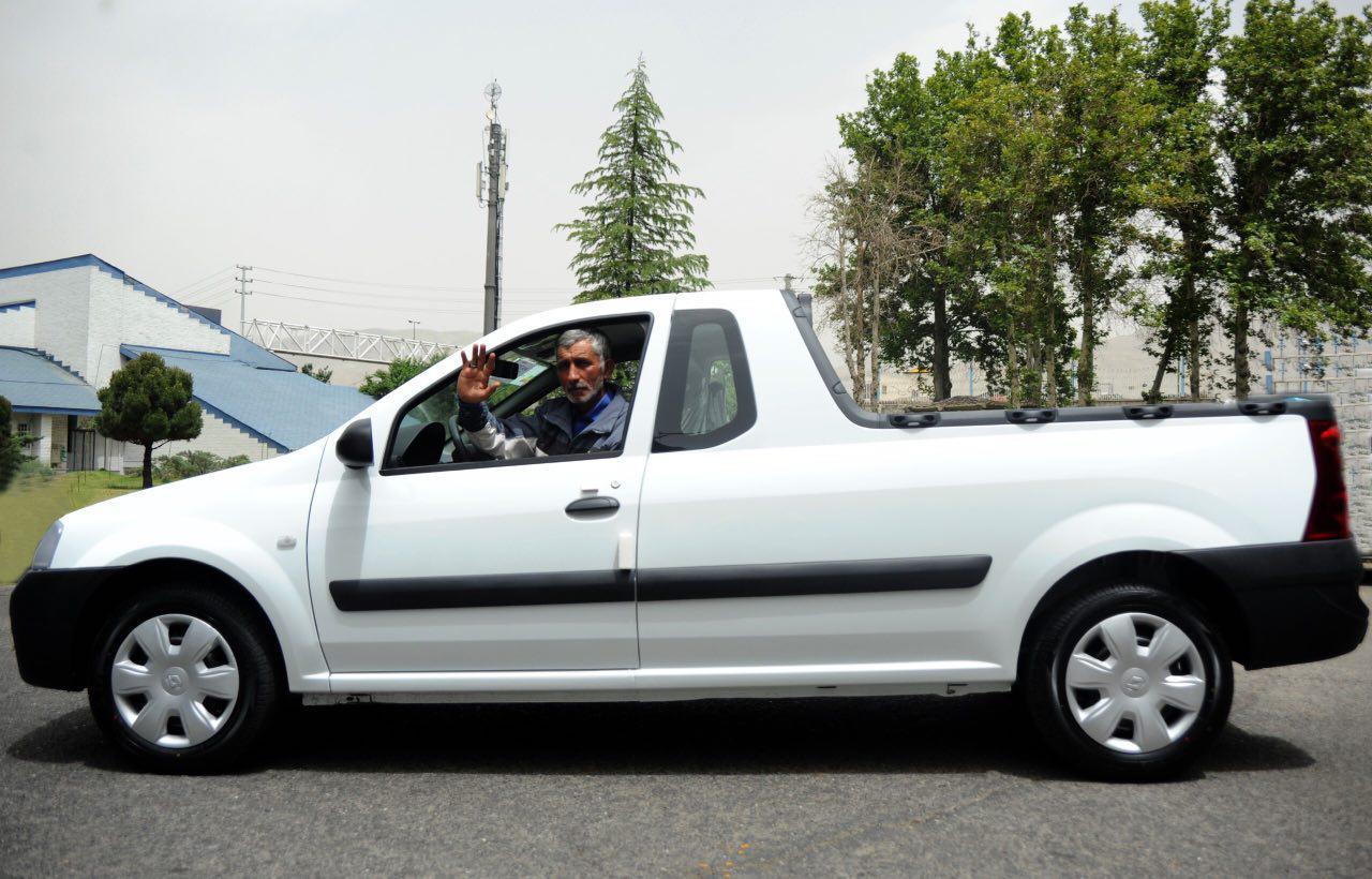 اهداي يك دستگاه وانت تندر ايران خودرو به «ميرزا آقا» (+عکس)