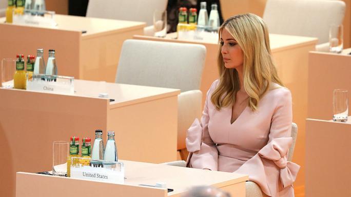 انتقاد از نشست دختر ترامپ بر صندلی پدر (+عکس)