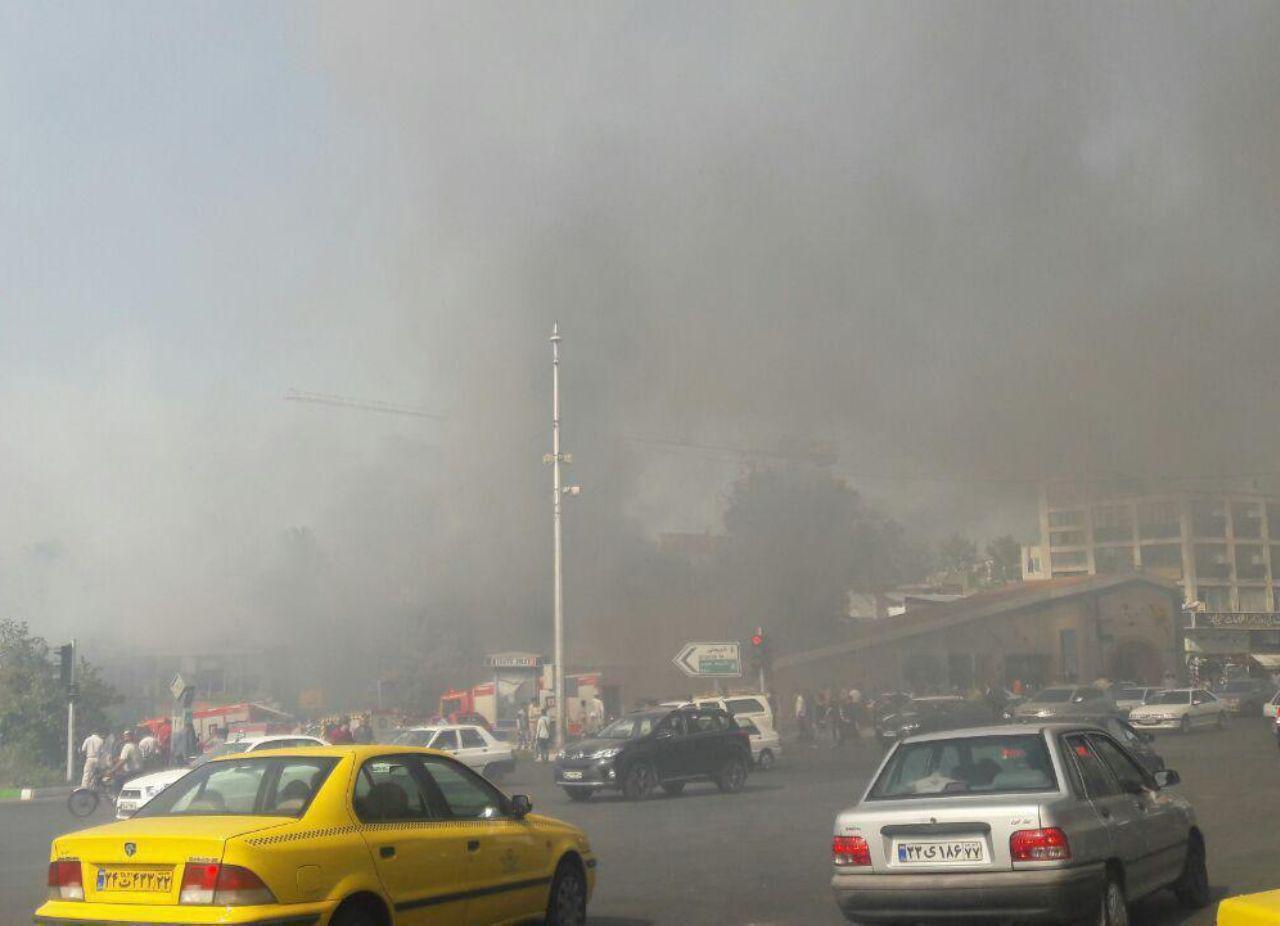 علت آتشسوزی میدان قدس/ عوامل آتشنشانی مشغول اطفاء حریق هستند (+عکس)