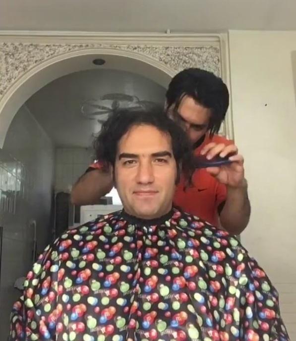 خواننده سرشناس بعد از ۲۰ سال موهایش را زد (+عکس)