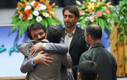 علیرضا افتخاری درباره بغل کردن احمدینژاد: طناب خریدم که خودکشی کنم/ سوپرمارکت محل به من جنس نمیفروخت/ آژانس به من ماشین نمیداد/ جوری بود که اصلا نمیتوانستم از خانه خارج شوم