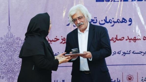 تجلیل از خانواده شهید صارمی و چهره ماندگار ادبی در حاشیه نمایشگاه خودروی مشهد (+عکس)