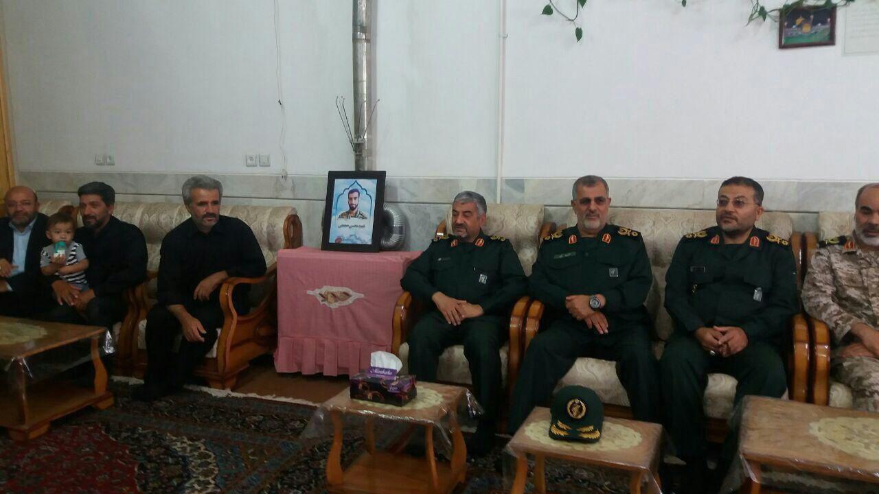 حضور فرمانده کل سپاه در منزل پدری شهید حججی (عکس)