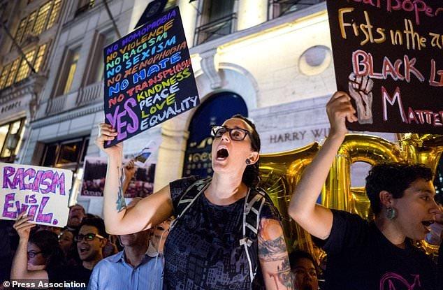 تظاهرات اعتراضی آمریکاییها هنگام بازگشت ترامپ به خانهاش در نیویورک