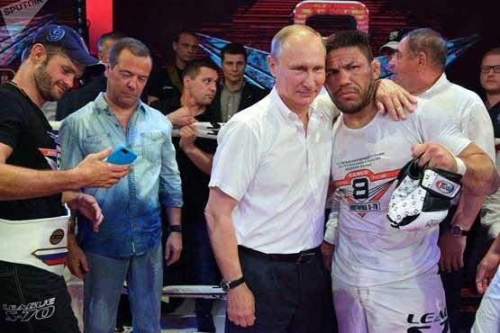 قهرمان بوکس جهان در آغوش رئیس جمهور روسیه (+عکس)