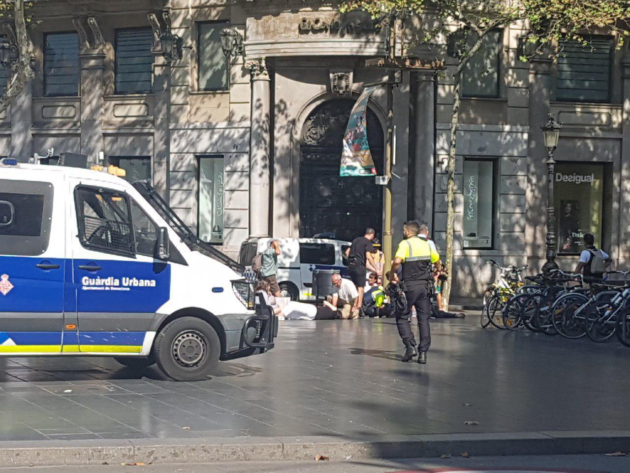 هجوم یک خودرو به عابران در بارسلون اسپانیا (+عکس)