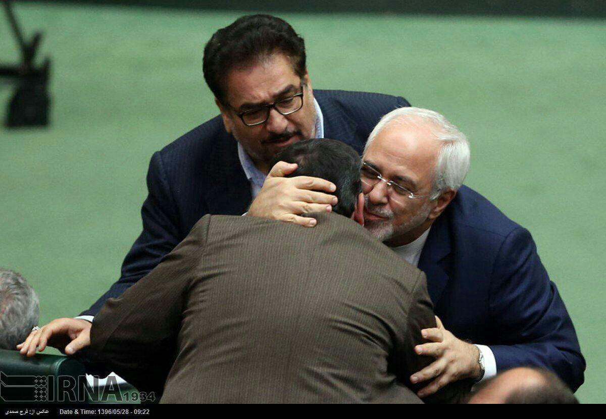 دیده بوسی ظريف با نماینده ای که در جلسه چهارشنبه به او توهین كرد (عکس)