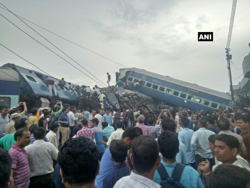 خروج قطار از ریل در هند/ 23 کشته و 150 زخمی (عکس)