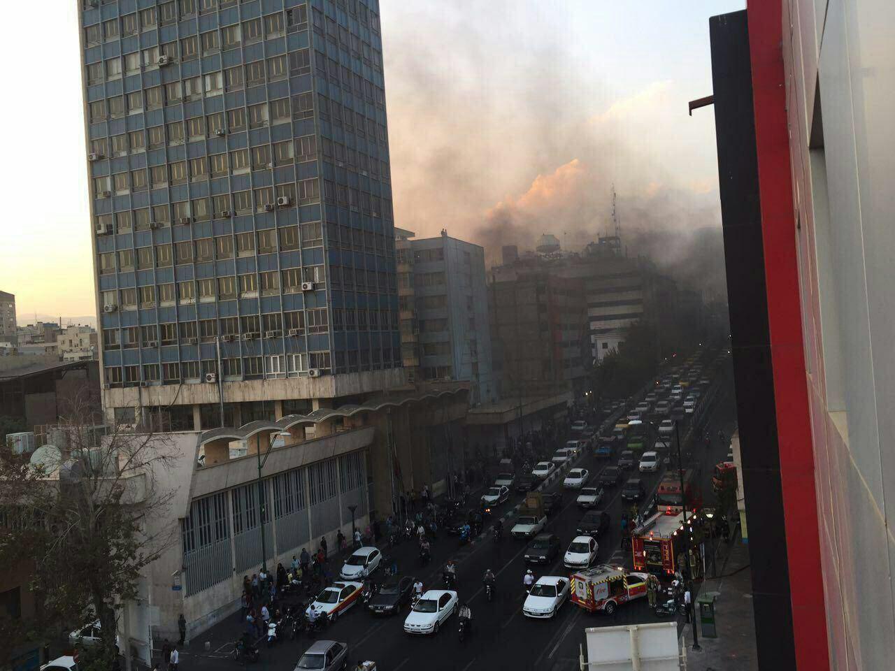 آتش سوزي مقابل تالار بورس تهران (+عکس)