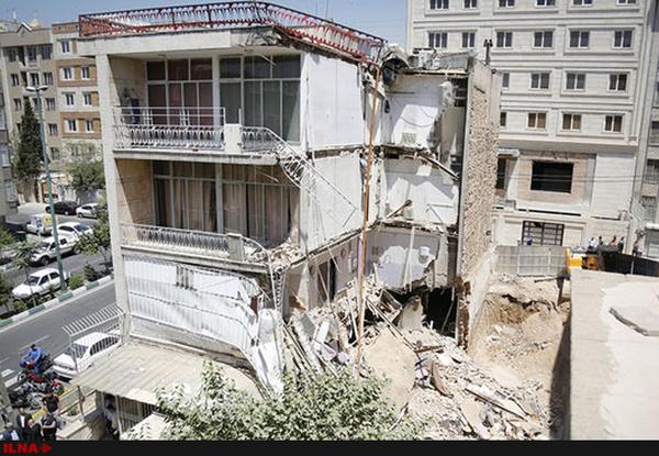 ریزش بخشی از یک ساختمان در خیابان حافظ تهران