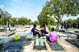 کودکانی که در قبرستان، آب می فروشند