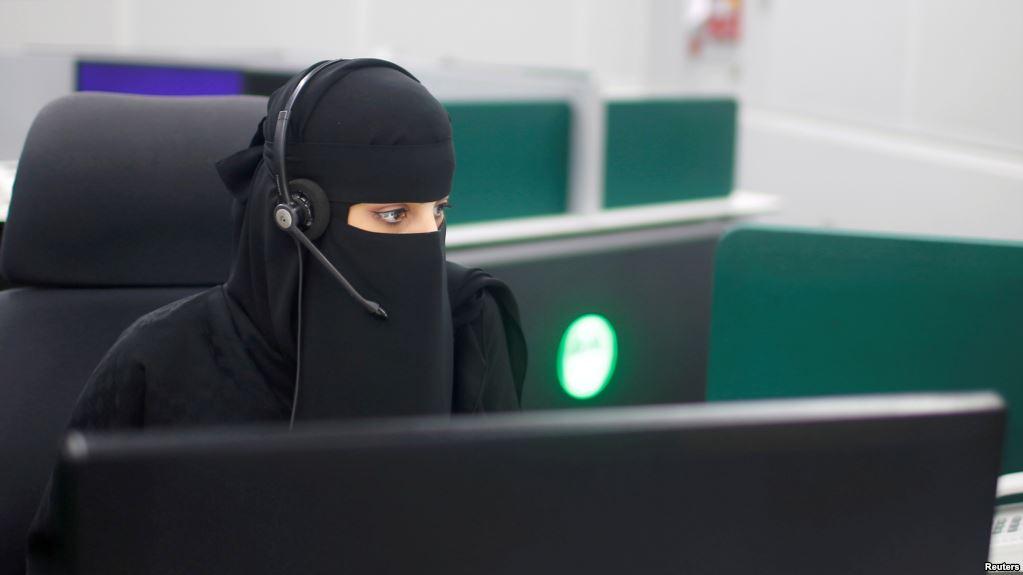 زن شاغل در مرکز فوریت های شهر مکه عربستان سعودی. عکس از عصر ایران