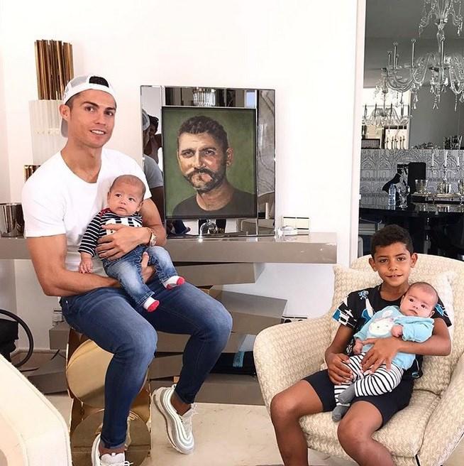 رونالدو در کنار فرزندان و پدرش (+عکس)