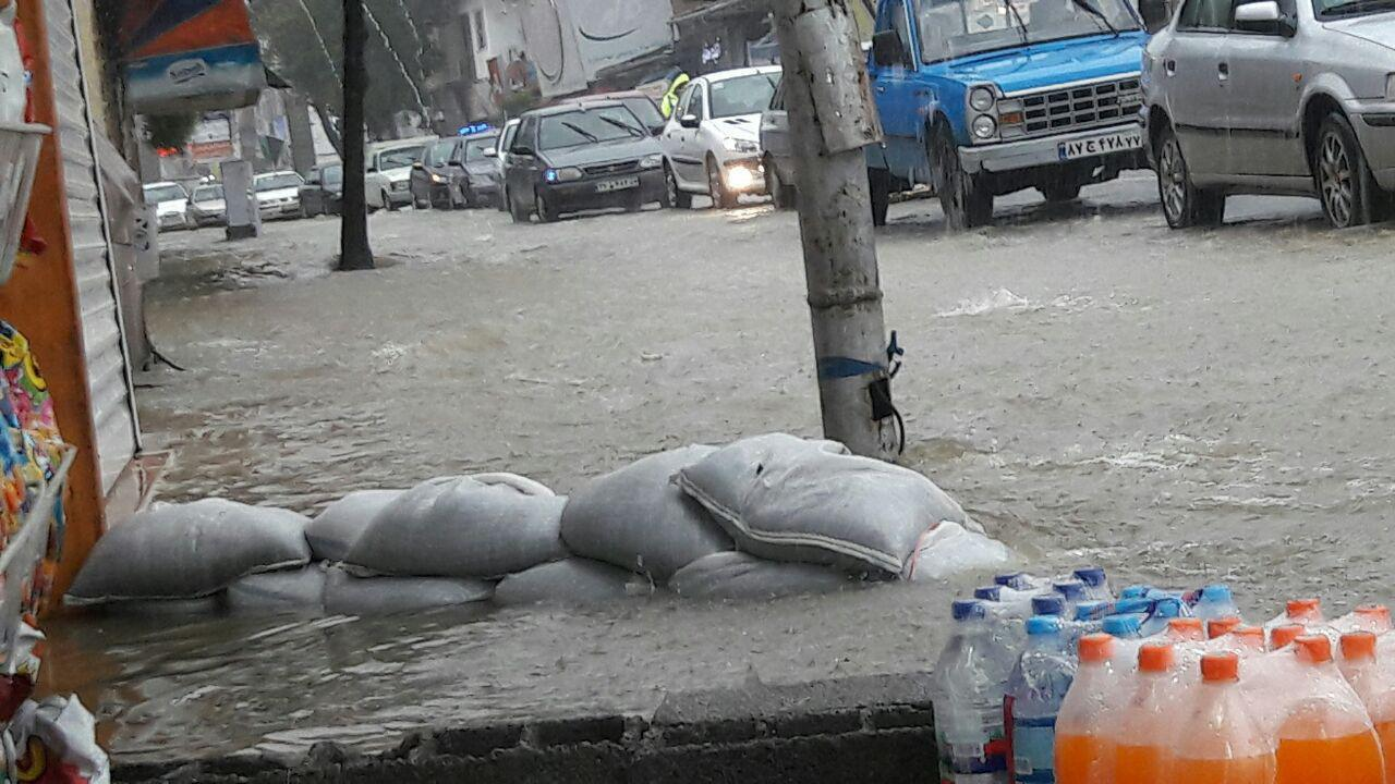 سنگر بندی مردم در رامسر در اثر بارندگی شدید (عکس)
