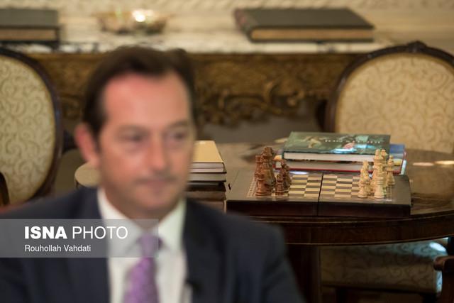 سفیر انگلیس در تهران: در آینده نزدیک صدور ویزا انگلیس افزایش مییابد/ به طور کامل و قوی از اجرای برجام حمایت میکنیم/ به توانایی دیپلماتیک ظریف احترام میگذارم
